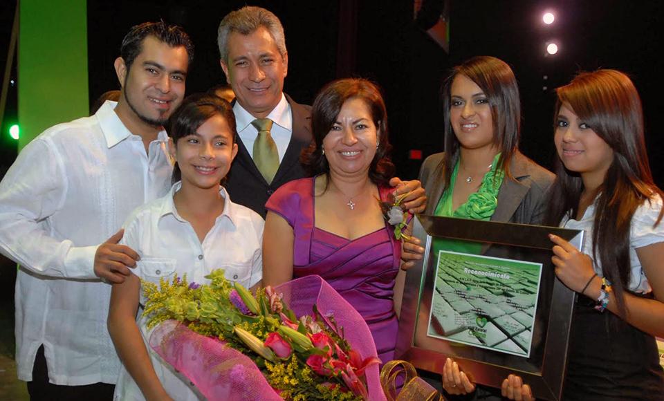 Viajaron con cargo al erario familiares y amigos de Mario Anguiano