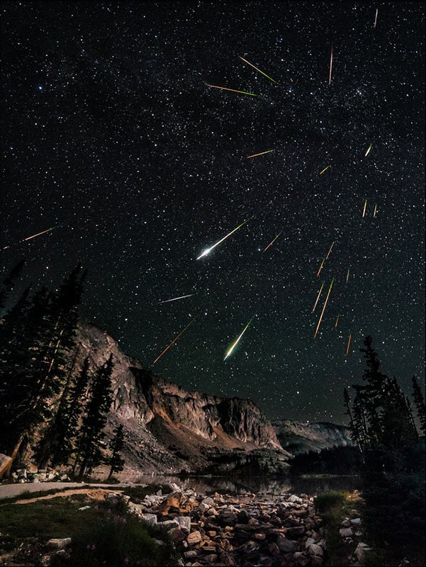 This is What You Get When You Stack Photos of a Meteor Shower shower mini