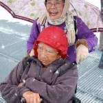 Der Japaner im Rollstuhl mit Ehefrau: Endlich auf dem Top of Europe!