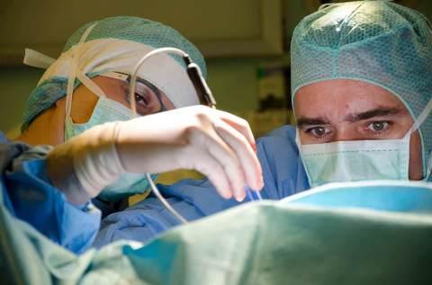 dr. Claudiu Matei în timpul unei intervenţii la Spitalul European Polisano Sibiu