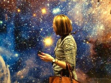 Pereţii reprezintă Calea Lactee - la scară :-)