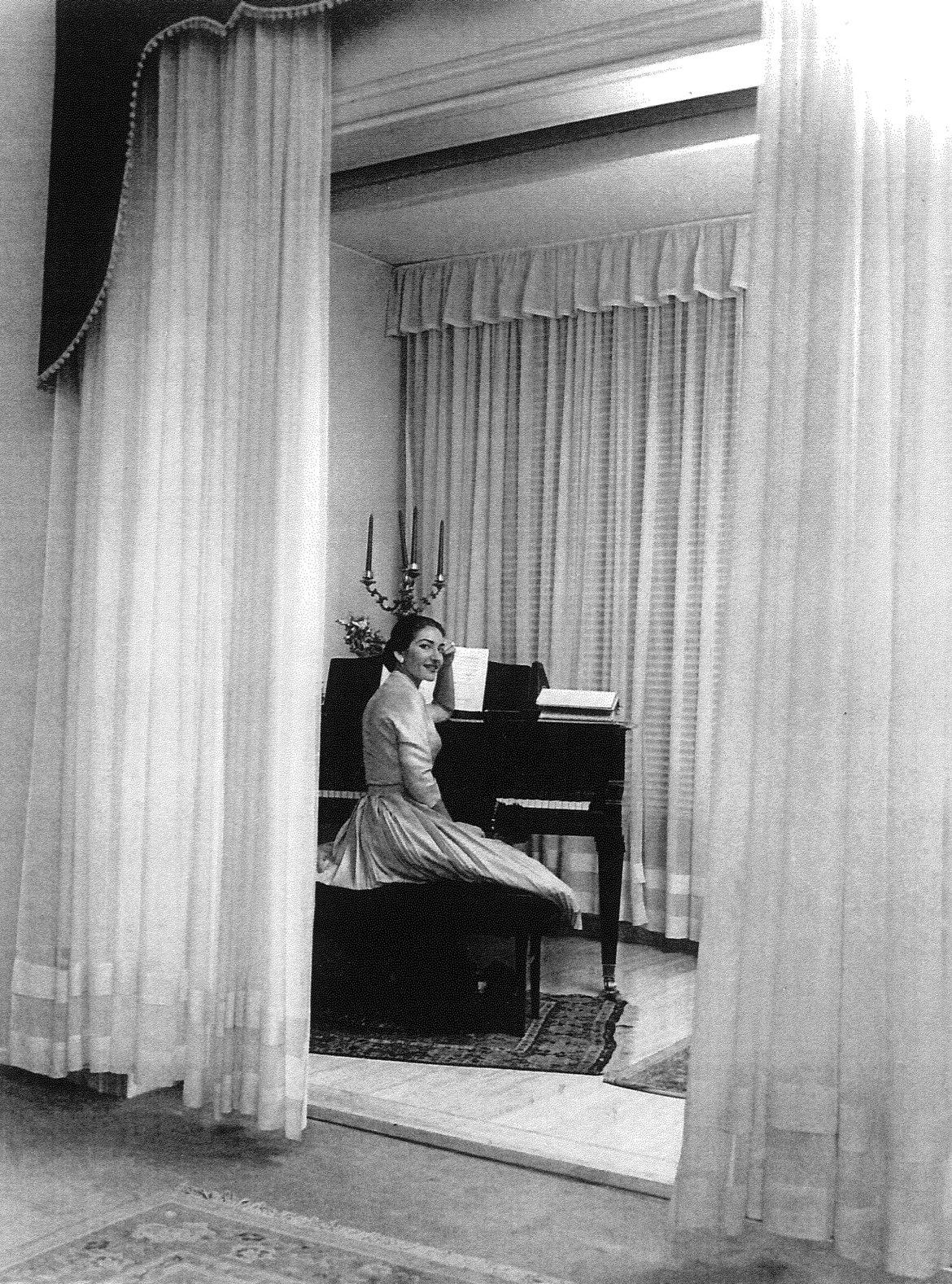 02_Maria Callas nella sua casa milanese seduta al pianoforte, con il candelabro donatole dal teatro alla Scala, 1955