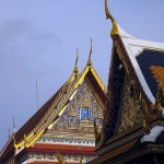 "Chofa, die Himmelsquaste, die Krut, den ""Garuda"" symbolisiert, sowie Nak, die ""Schlange"" am Giebel des Phra Thi Nang Phutthaisawan im Bangkoker Wang Na (Nationalmuseum) am Sanam Luang. (Bild: Phakinee)"