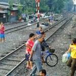 Wenn der Bummelzug nach Pattaya auf offener Strecke hält, geht der Fußweg wie hier eben mal kurz mitten durch den Zug.