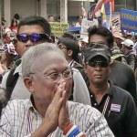 Suthep Thueaksuban und seine finster dreinblickenden sogenannten Wachleute streiten für eine andere Art von Demokratie in Thailand. (Bild: ช้าง เบามันน์)