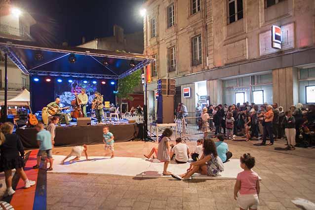 Les enfants participent à la fête © photo Patrick Clermont
