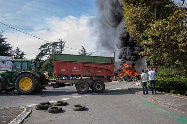 Barrage de tracteur © photo Patrick Clermont