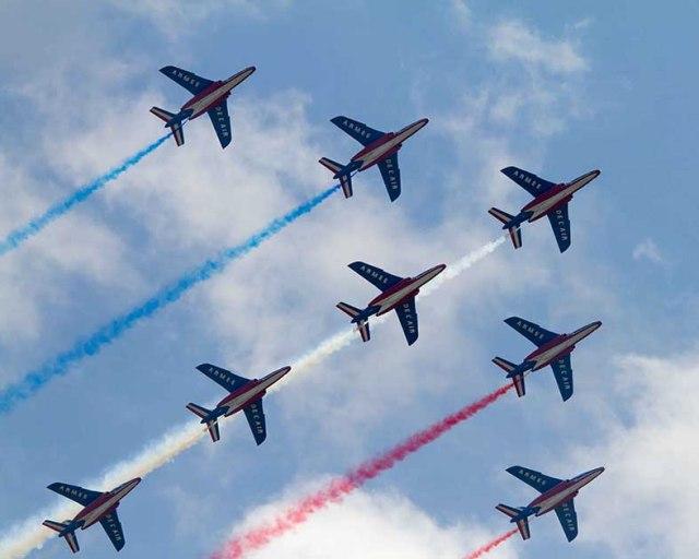 la Patrouille de France est la Patrouille officielle de l'armée de l'air française. Elle est basée à Salon de provence et comprend 9 pilotes, qui volent sur alphajet et 35 mécaniciens.