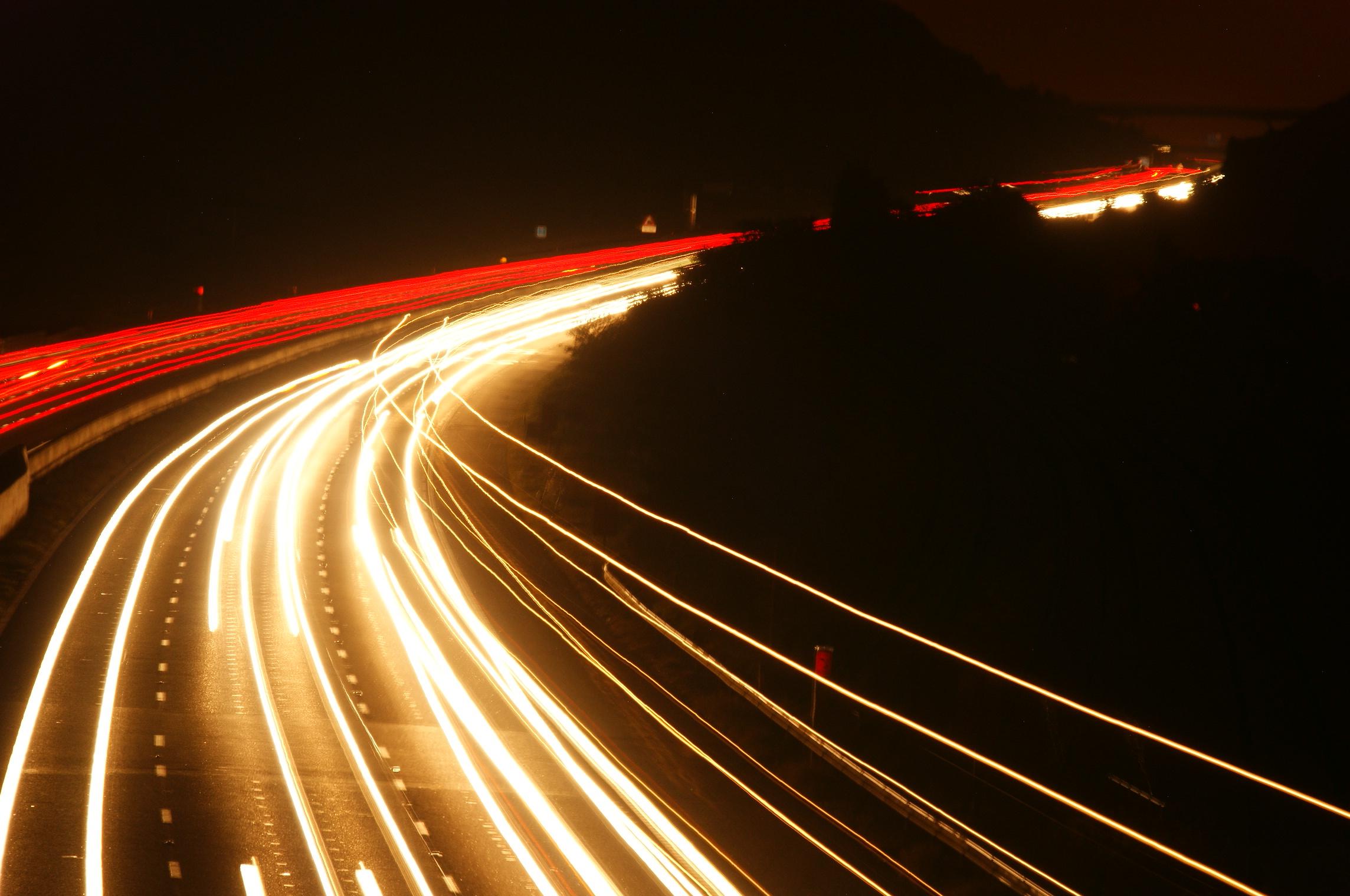 Tempo di posa lunghi per ottenere scie luminose di auto