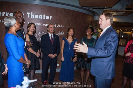 NLD/Amsterdam/20141215 - Koning Willem Alexander aanwezig bij het Koninkrijksconcert in Theater de Meervaart, Zijne Majesteit koning Willem Alexander begroet een delegatie (Anneke Janssen/foto: Anneke Janssen)
