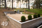 Gaiši pelēka granīta kapu sētiņa ar betona pamatu