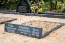 Trīsvietīga kapu apmale ar ierakstu no tumši pelēka granīta