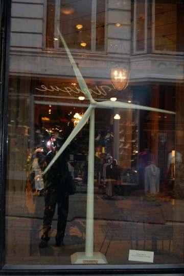 Coscienza ambientalista diffusa, in Danimarca. Un generatore eolico nella vetrina di un negozio di abbigliamento a Copenhagen (photo Pino Bruno)
