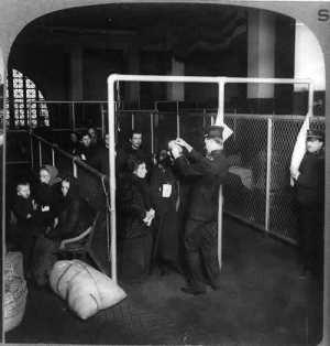 1913 - US Inspectors Examining Eyes Of Italian Immigrants Ellis Island