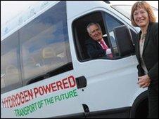I ministri gallesi Peter Hain e Jane Davidson con il minivan a idrogeno realizzato dall'Università di Glamorgan