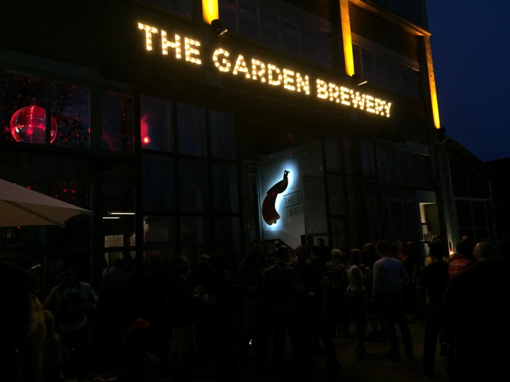 The Garden Brewery noću.