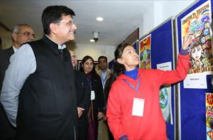 6--interacting-with-the-winner-of-national--painting-competition-on-national-conservation-day-(1)
