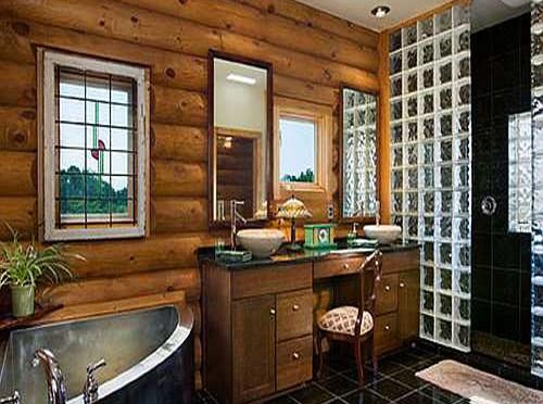 Baño rústico con paredes de troncos