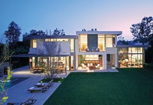 Patio trasero de una casa moderna