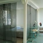 Los paneles japoneses dan intimidad al dormitorio y lo delimitan