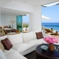 Sala de estar con sofá con vista al mar