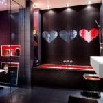 Elegante cuarto de baño con diseño de mosaicos con corazones