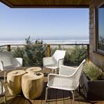 Living exterior con mesa de madera al natural