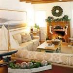 Sala de estar con decoración playera navideña