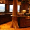 Original diseño de cocina rústica con tronco de árbol