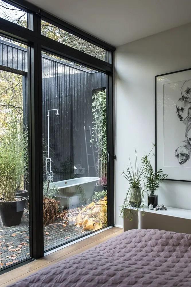 Une maison en bois noir en pleine nature planete deco a for Maison en pleine nature