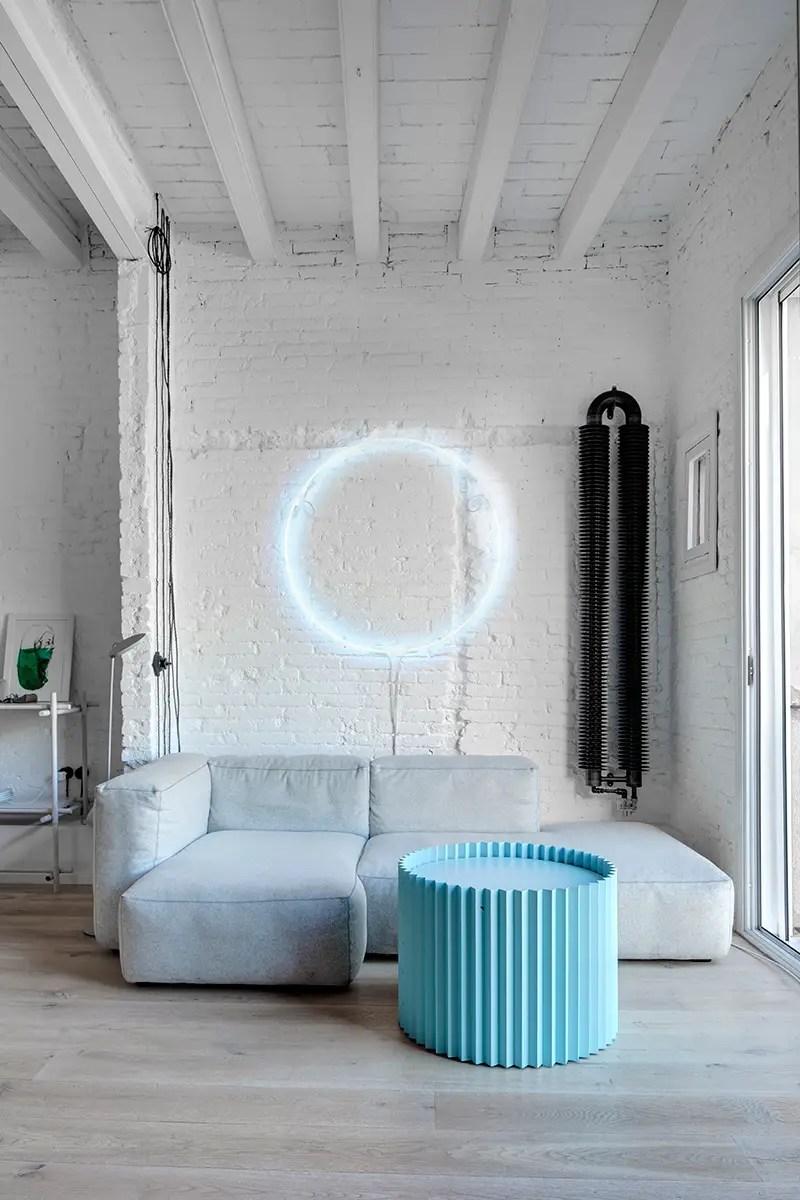 estilo industrial, blanco, paredes ladrillo, sofá, radiador moderno, estilo nórdico, suelo madera, dekoloop