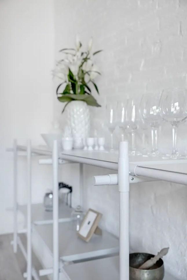 estilo industrial, blanco, paredes ladrillo, estantería diseño, estilo nórdico, suelo madera, dekoloop