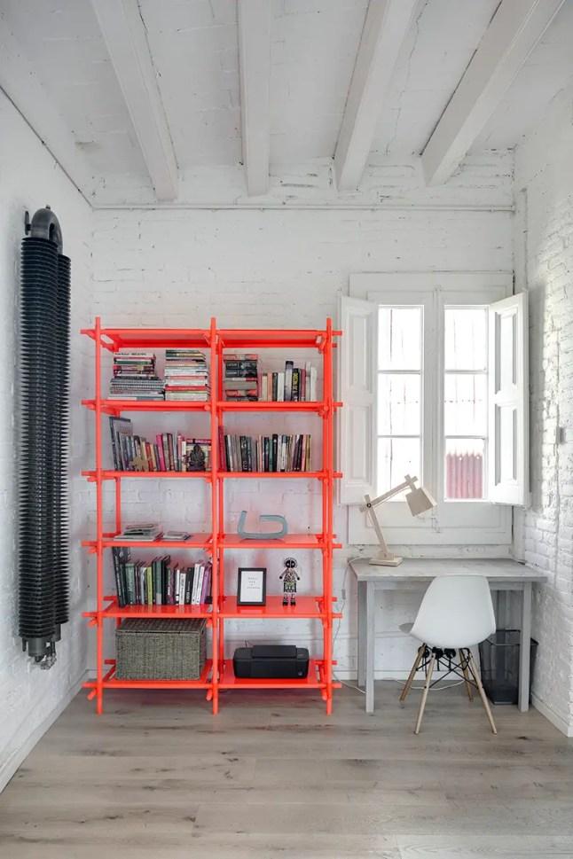 estilo industrial, blanco, paredes ladrillo, estantería diseño, estilo nórdico, suelo madera, radiador diseño, oficina, dekoloop