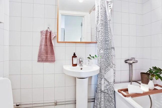Biała, minimalistyczna łazienka