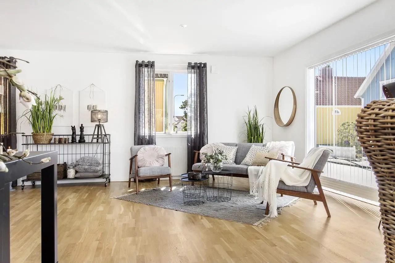 derri re la fa ade jaune planete deco a homes world. Black Bedroom Furniture Sets. Home Design Ideas