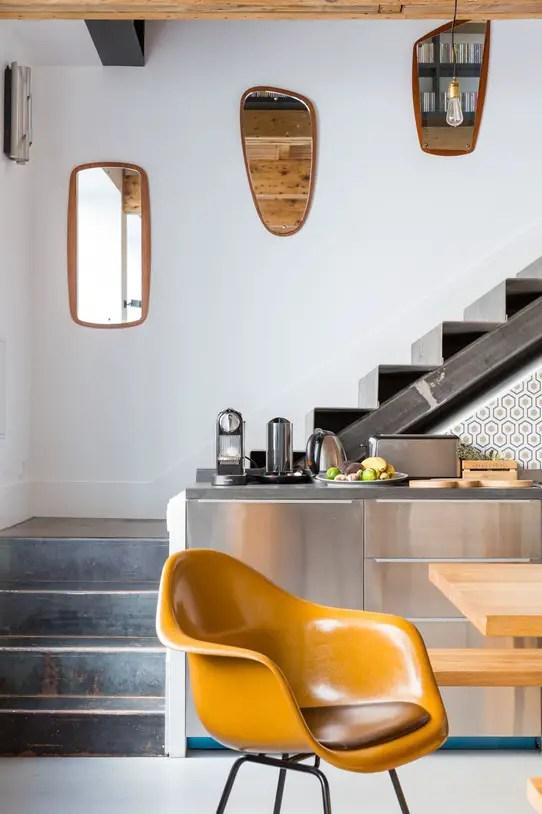 regardsetmaisons une cuisine sous l 39 escalier et la pi ce qui va avec. Black Bedroom Furniture Sets. Home Design Ideas