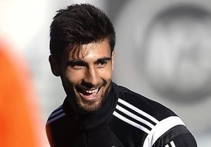 Barcelona Signs Andre Gomes from Valencia