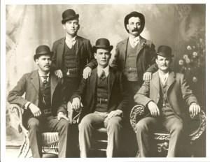 La pandilla salvaje (1900, Texas, por John Swartz) sentados a la izquierda, Sundance Kid y a la derecha Butch Cassidy