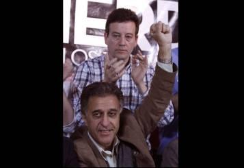 Néstor Pitrola, diputado por Buenos Aires. Detrás suyo, Marcelo Ramal, legislador por CABA.