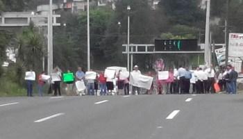 Habitantes de la Vasconcelos que se oponen a antena de telefonía bloquean bulevar Xalapa-Banderilla