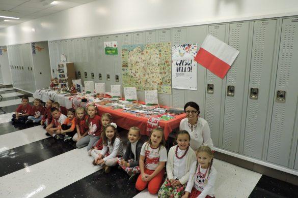 uczniowie-2a-prezentowali-pamiatki-przywiezione-z-polski-foto-m-adamczyk