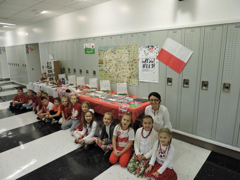 Uczniowie 2a prezentowali pamiatki przywiezione z Polski Foto. M. Adamczyk