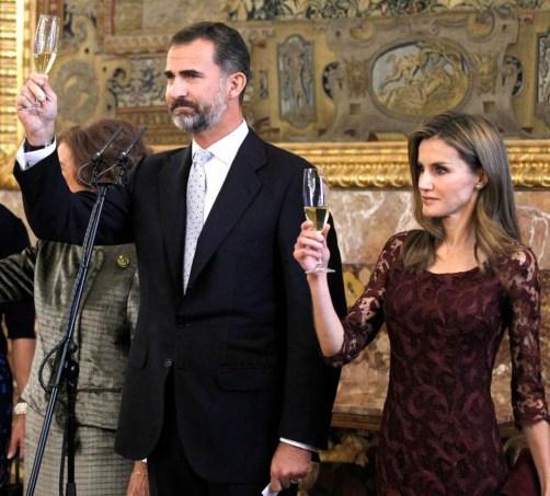 El príncipe Felipe ha presidido el primer desfile de la Hispanidad con un el uniforme de gala del ejército de tierra. Después, para la recepción en Zarzuela, se ha cambiado y se ha colocado traje y corbata. Por cierto, Letizia ha brindado pero no ha bebido.