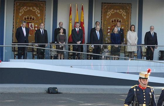 La única imagen que he conseguido de S3. La vicepresidenta se ha enfundado un vestido de encaje color cobre con un viso rojo (es el día de España). Los guantes largos son los de las grandes ocasiones, los vimos por primera vez en el aniversario de la Constitución.