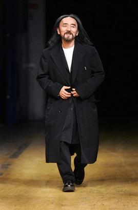 Supuesta izquierda radial les presento a Yohi Yamamoto (uno de los hombres más elegantes, sofisticados del mundo). Cuando averigüen quién es y qué ha hecho, valoren si su armario es tan rupturista como ustedes se creen.