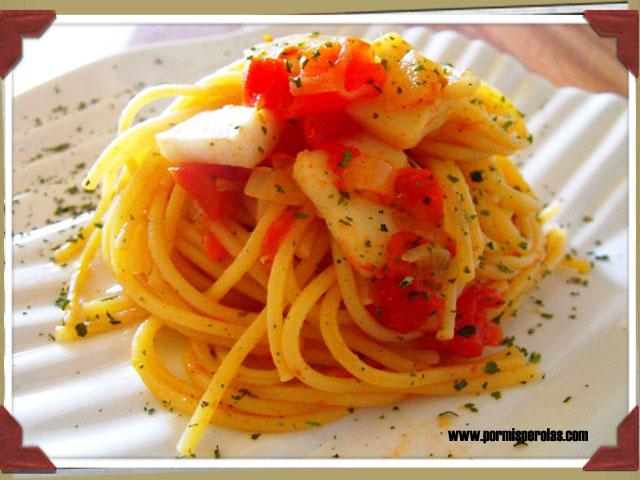 Espaguetti con pota y tomate