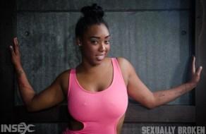fotos Negra rellenita se expone a que le den sexo BDSM