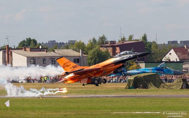 Le F16 Solo display néerlandais met le feu à la piste!