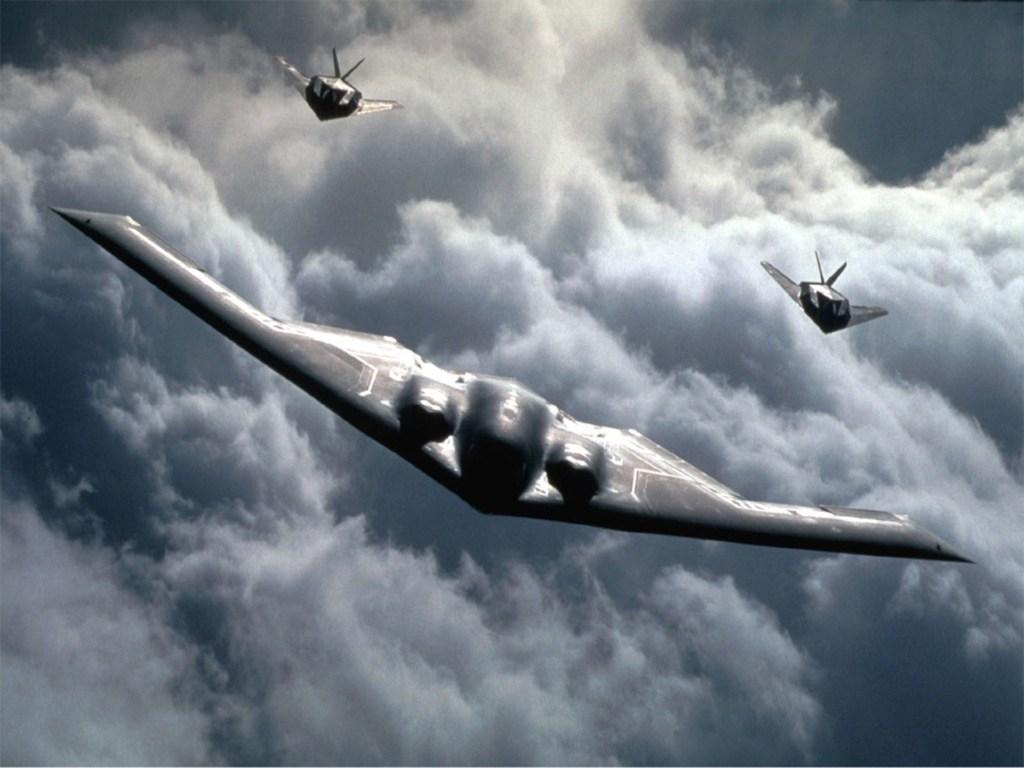 B-2 et F-117 sont deux appareils dont la principale caractéristique reste la discrétion aux ondes électromagnétiques. Ils n'en sont pas moins invisible, et une lourde organisation est nécessaire pour s'assurer leur pénétration au coeur de la défense ennemie, dont l'utilisation de moyens de brouillages actifs, via d'autres appareils