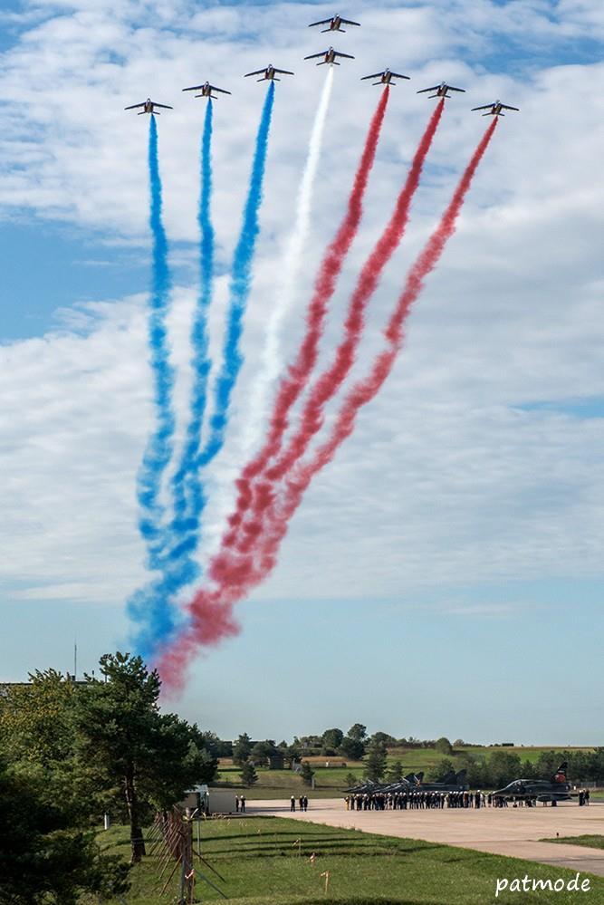 Survol de La Patrouille de France durant la cérémonie, en formation grande flèche.